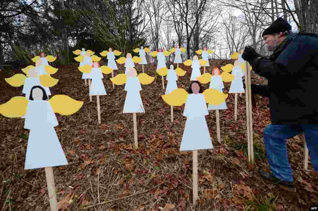 Adam Lanza vra 20 fëmijë gjashtë dhe shtatë vjeç dhe gjashtë anëtarë të stafit në Shkollën Fillore Sandy Hook, në Connecticut, më 14 dhjetor, 2012. Pak para sulmit, 20 vjeçari vrau nënën e tij. Derisa policia arriti në shkollë, Lanza vrau veten . Në kujtim të viktimave, një mësuesi arti e shkollës krijoi 27 engjëj në oborrin e shkollës.