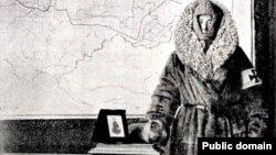 Кэт Марсден в одежде, которую специально сшили для путешествия в Сибирь на фоне карты своего маршрута