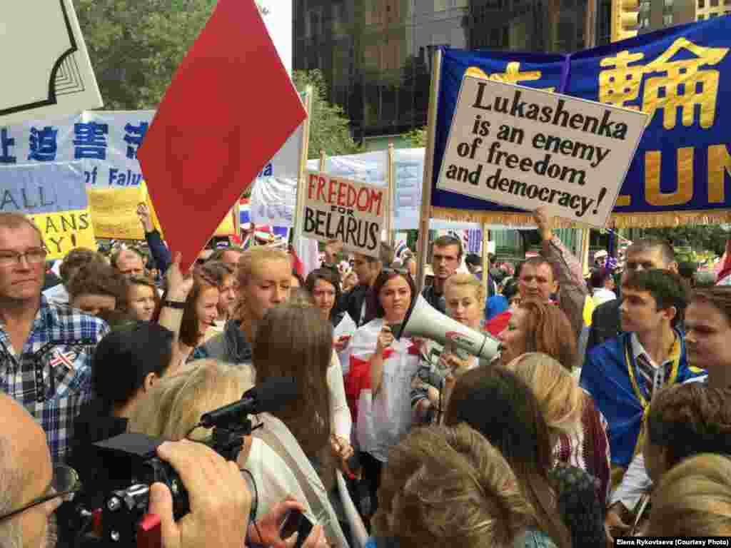 Среди участников протестов были замечены и представители белорусской диаспоры. Некотоые протестующие держали плакаты с надписями с осуждением политики президента Беларуси Александра Лукашенко.
