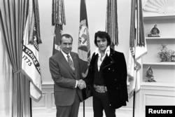 Президент Никсон и Элвис Пресли в Белом доме. Декабрь 1970