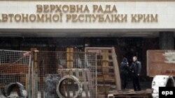 Симферополь. Баррикада перед зданием парламента, 27 февраля 2014