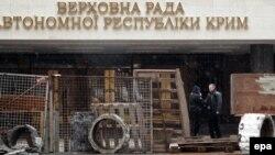 Кырым Югары радасы алдында баррикадалар. 27 февраль 2013