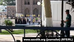Подготовка артистов к одному из праздников на площади Регистан. Самарканд, 19 июля 2015 года.