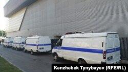 Полицейские микроавтобусы у места проведения санкционированной акции. Алматы, 30 июня 2019 года.