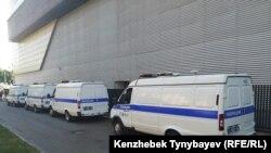 Автомобили полиции недалеко от места проведения митинга. Алматы, 30 июня 2019 года.