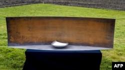 """Фрагмент мемориала жертвам сбитого над Восточной Украиной """"Боинга"""" """"Малазийских авиалиний"""""""