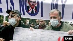 Экс-президент и еще четыре бывших высокопоставленных чиновника обвиняются в превышении должностных полномочий при разгоне митинга оппозиции 7 ноября 2007 года, во вторжении в телекомпанию «Имеди» и в хищении имущества Бадри Патаркацишвили