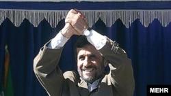 آقای احمدی نژاد می گوید که ايران سه هزار سانتيريفيوژ برای غنی سازی اورانيوم نصب کرده است.