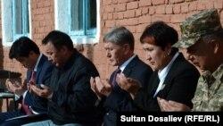 Президент Алмазбек Атамбаев Кыр-Жолдогу кырсыктан набыт кеткендердин жакындарына көңүл айтты. 25-май, 2015-жыл