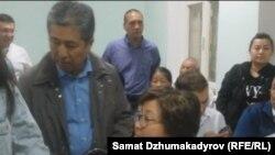 Данияр Нарымбаев и Роза Отунбаева в Первомайском районном суде Бишкека, 13 июля 2017 г.