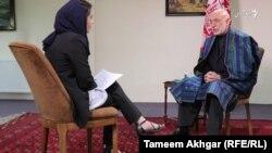 Hamid Karzai la un interviu la radio