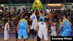 من مباراة فريقي دهوك والحلة في السلة