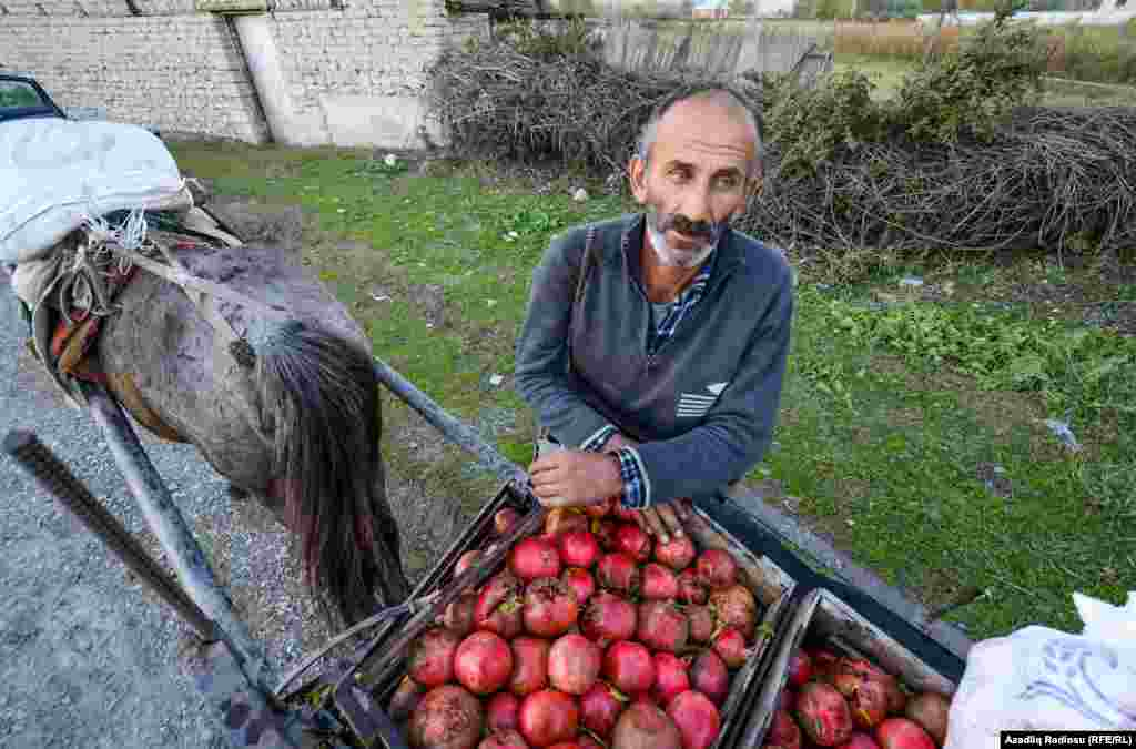 Мятые плоды граната идут на сок и другую продукцию. Их продают всего лишь по 15 гяпиков за килограмм (около 10 центов).