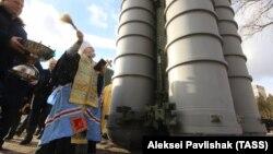 Mitropolitul Platon din Feodosia, în Crimeea, binecuvântează rachetele desfășurate acolo.