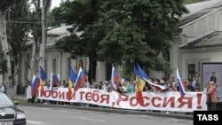 La o demonstrație de protest în fața Ambasadei Rusiei de la Chișinău în iunie 2010