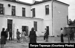 Работнікі баранавіцкай швейнай фабрыкі гуляюць у валейбол у двары фабрыкі, 60-я гады