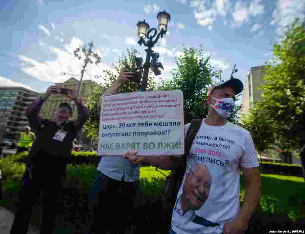 Ряд представителей российской оппозиции призывали бойкотировать голосование, утверждая, что у властей есть все инструменты для того, чтобы его сфальсифицировать. Другие призывали прийти на участки и проголосовать против.