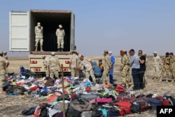 Спасатели МЧС России и египетские военные вместе собирают вещи погибших в катастрофе А-321 31 октября
