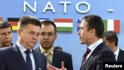 Генеральний секретар НАТО Андерс Фоґ Расмуссен (праворуч) говорить з міністром оборони України Павлом Лебедєвим на зустрічі Комісії Ураїна – НАТО в Брюсселі, 22 лютого 2013 року