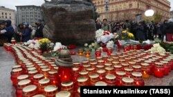 People take part in the ceremony honoring the memory of thousands executed by the Soviet authorities during Josef Stalin's Great Terror at the Solovki Stone memorial in Moscow on October 29, 2018.