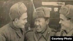 Улуу Ата Мекендик согуштун катышуучусу Маткерим Рахманбердиевдин (ортодо) сүрөтү