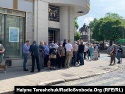 Така кількість людей, фактично, чи не щодня біля «Ощадбанку» у Львові