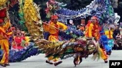 Вьетнамцы изображают танец дракона. Иллюстративное фото.