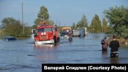 Дорога к наиболее сильно пострадавшему поселку Менделеева на северо-восточной окраине города.