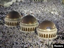 Мусулмандар Мекедеги ал-Харам (Улуу мечит) мечитиндеги зыяпат учурунда. 31-октябрь ,2011