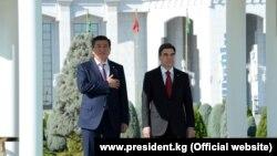 Президент Кыргызстана Сооронбай Жээнбеков (слева) во время госвизита в Туркменистан с главой республики Гурбангулы Бердымухамедовым. 23 августа 2018 года.