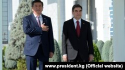 Қырғызстан президенті Сооронбай Жээнбеков (сол жақта) пен Түркіменстан президенті Гурбангулы Бердімұхамедов. Ашғабад, 23 тамыз 2018 жыл.