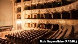 Главной задачей, на выполнение которой понадобилось целых шесть лет, было отремонтировать здание так, чтобы театр с вековой традицией как внутри, так и снаружи остался прежним