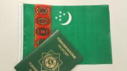 "Lebabyň Migrasiýa gullugy daşary ýurt pasport bermegi yza çekýär, ""para soraýar"""