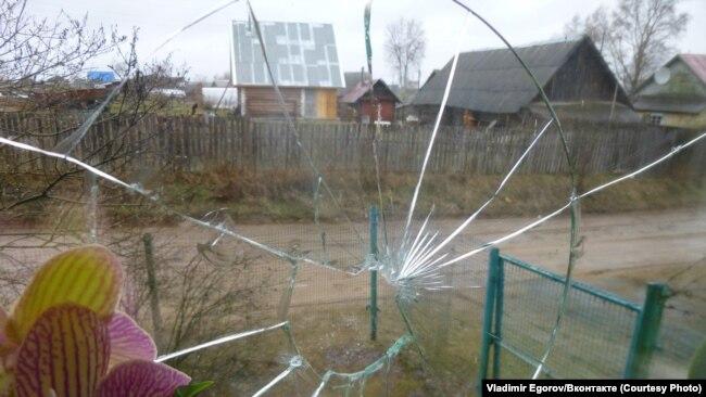 Разбитое окно в доме Егорова