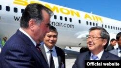 """Премьер-министр Кыргызстана Жанторо Сатыбалдиев встречает президента Таджикистана в аэропорту """"Манас"""". 27 мая 2013 года"""