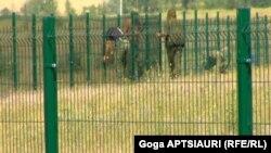 რუსი სამხედროების მიერ გავლებული ღობე სოფელი დიცში