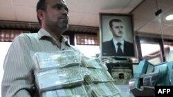 یک بانکدار سوری در دمشق در فوریه سال ۲۰۱۲