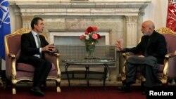 NATO-nyň baş sekretary Anders Fog Rasmussen (Ç) we Owganystanyň prezidenti Hamid Karzaý, Kabul, 18-nji oktýabr 2012 ý.