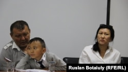 Жилец общежития в Астане Серик Абдрасилов (слева) с женой и ребенком. Астана, 5 сентября 2016 года.