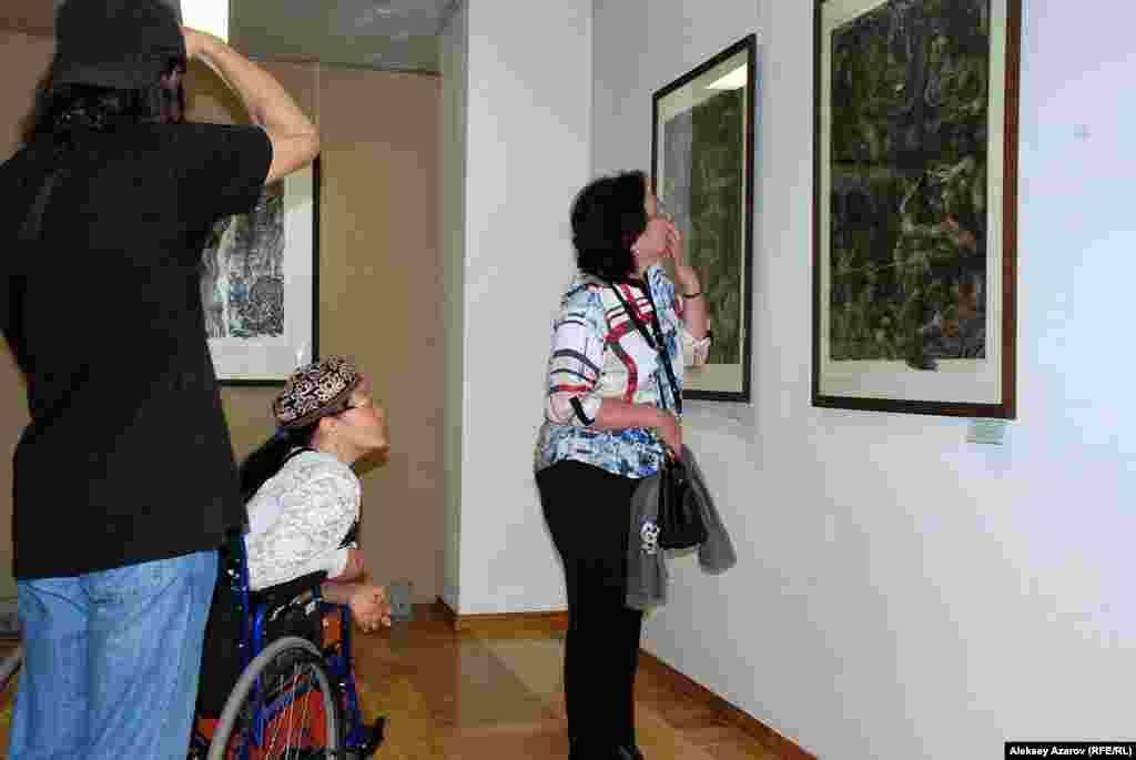 Посетители у работ из триптиха «Битва на реке Калке».Это одно из самых последних произведений Евгения Сидоркина и широкомукругу людей известно мало. В музее хранятся только две частитриптиха.