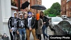Акция Harlem Shake в поддержку политзаключенных перед посольством Азербайджана в Лондоне, 13 июня 2013