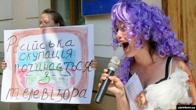 Під час театралізованої акції «Артистів-рашистів – за поребрик» (архівне фото)