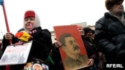 Активисты во главе с руководителями Компартии прошли от памятника Юрию Долгорукому до Государственной Думы, агитируя народ прийти на выборы