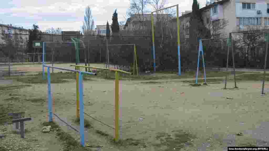 Спортивний майданчик в одному з районів міста не втратив своє українське забарвлення