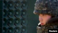Cənubi Koreya əsgəri səsgücləndiricilərin yanında