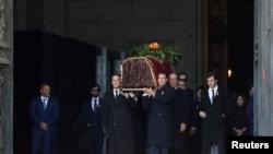 Вынос останков бывшего диктатора из базилики Святого Креста: