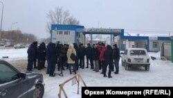 Водители у территории автобусного парка № 1. Астана, 27 декабря 2017 года.