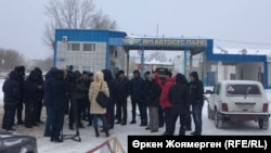 №1 автобус паркінің алдында жиналып тұрған автобус жүргізушілері. Астана, 27 желтоқсан 2017 жыл.