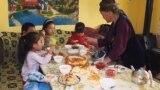 В Кыргызстане бабушка воспитывает 8 внуков. Их родители – на заработках в России