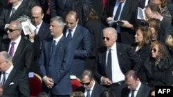 Pamje e zyrtarëve nga e gjithë bota, që morën pjesë në inaugurimin e Papës në Vatikan, në mesin e tyre edhe Hashim Thaçi dhe Joe Biden